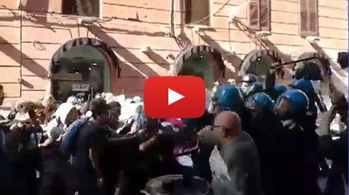 Renzi a Palermo, scontri fra polizia e manifestanti in via Ruggero Settimo – VIDEO