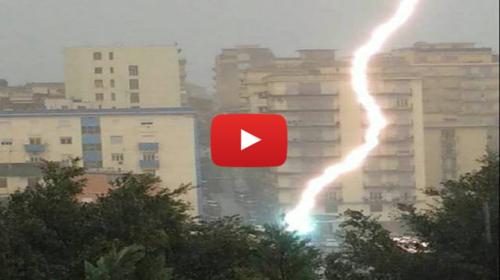 Sicilia, riprende il temporale col cellulare e un fulmine gli cade a pochi metri  IL VIDEO SHOCK