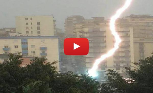 Sicilia, riprende il temporale col cellulare e un fulmine gli cade a pochi metri |IL VIDEO SHOCK