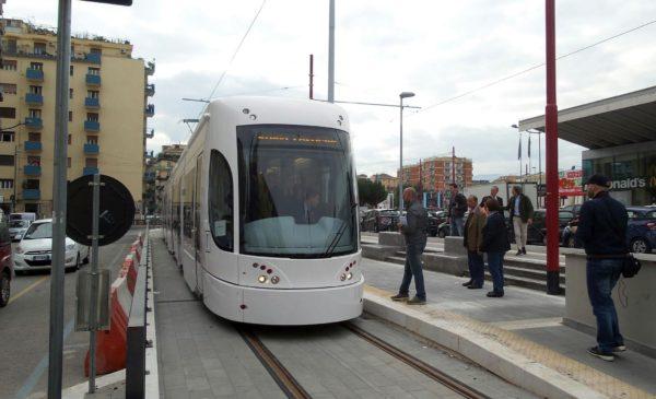 Allarme terrorismo a Palermo, denunciato giovane con maschera e valigetta alla fermata del Tram