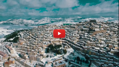 Sicilia – Il borgo di Gangi innevato ripreso dal drone: Le immagini mozzafiato |VIDEO