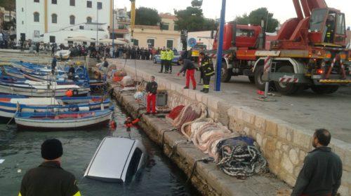 Palermo, dimentica il freno a mano e l'auto finisce in mare a Mondello |LE IMMAGINI