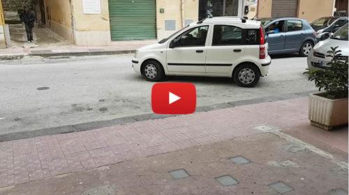 Riuscirà a posteggiare??? Il VIDEO di una donna Siciliana alle prese con il parcheggio è virale |GUARDA