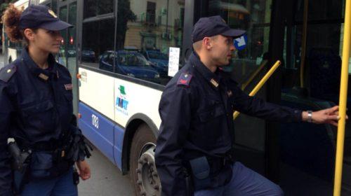 Palermo, senza biglietto sul bus aggredisce agenti e controllori con un coltello: arrestato!