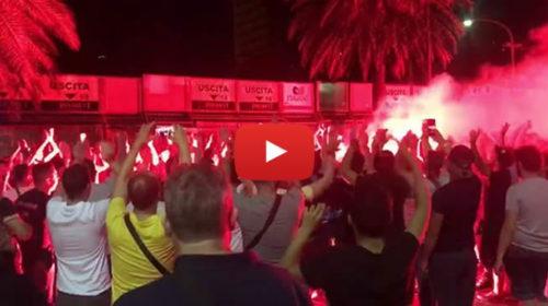 Palermo, fumogeni e cori contro Zamparini davanti lo stadio Barbera |IL VIDEO