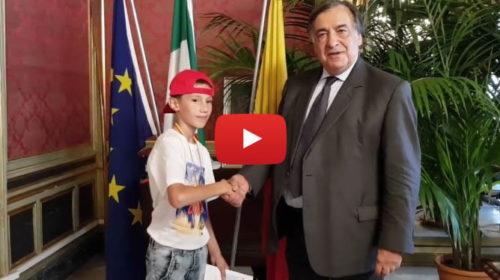 """Palermo, il sindaco incontra il piccolo Anthony: """"Grazie per quello che hai fatto""""  IL VIDEO"""