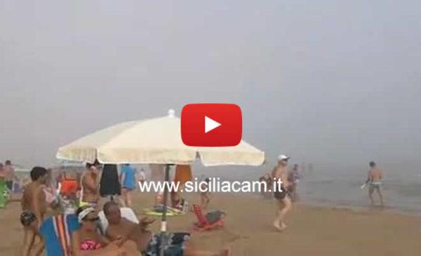 Sicilia, Atmosfera surreale in spiaggia: un'insolita e fitta nebbia oscura il litorale |VIDEO