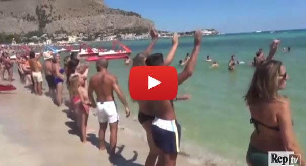 Aspettando il Ferragosto a Mondello, una hola con tuffo coinvolge tutto il litorale |IL VIDEO