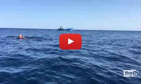 Pantelleria, il commissario Montalbano nuota per smaltire il passito |IL VIDEO