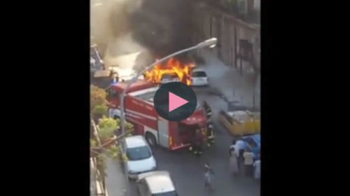 Palermo, auto viene avvolta dalle fiamme: paura alla Zisa |IL VIDEO