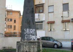 Imbrattata con insulti la stele di Falcone nel napoletano a due passi dal set di Gomorra |FOTO
