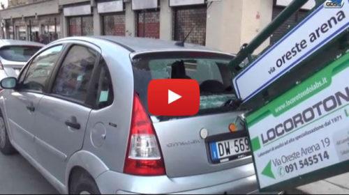 FORTE VENTO A PALERMO, CARTELLO CADE E COLPISCE AUTO IN SOSTA: IL VIDEO 🎥