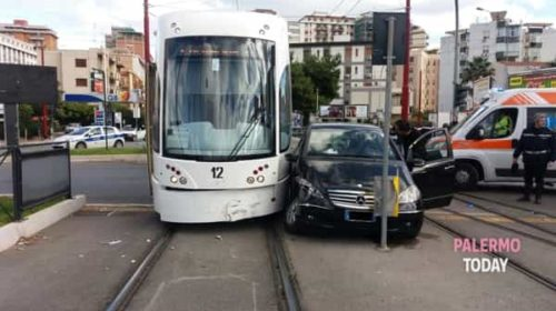 Scontro tra un'auto e un tram in viale Regione: malore per una passeggera |LE IMMAGINI