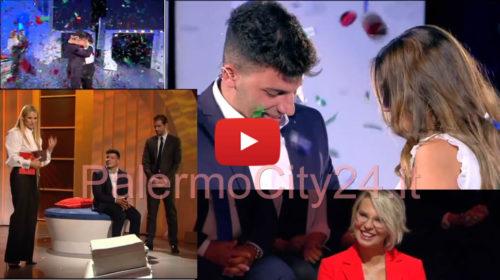 """""""C'è Posta per Te"""" 📺 La proposta di matrimonio di un giovane palermitano e lo speciale regalo della coppia Hunziker-Trussardi 🎥 VIDEO"""