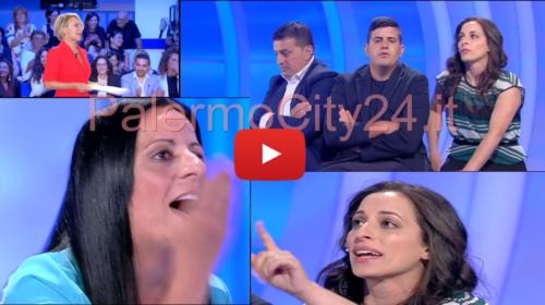 Siciliani a C'è Posta per Te 📺 Mamma Vs Compagna, Maria de Filippi non riesce a placare gli animi: volano parole pesantissime! 🎥 VIDEO