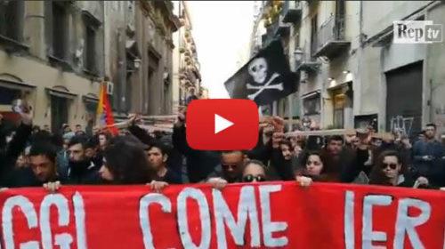 Palermo, il corteo antifascista: centri sociali in piazza col nastro adesivo 🎥 VIDEO