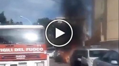 Palermo, a fuoco un'auto appena parcheggiata: automobilista si salva per miracolo 🎥 IL VIDEO 😱