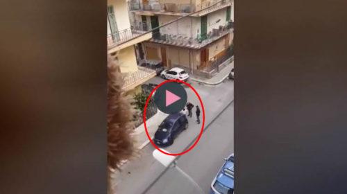 Bagheria, chiude il cane nel portabagagli e se ne va: arriva la polizia e viene denunciato 🎥 VIDEO