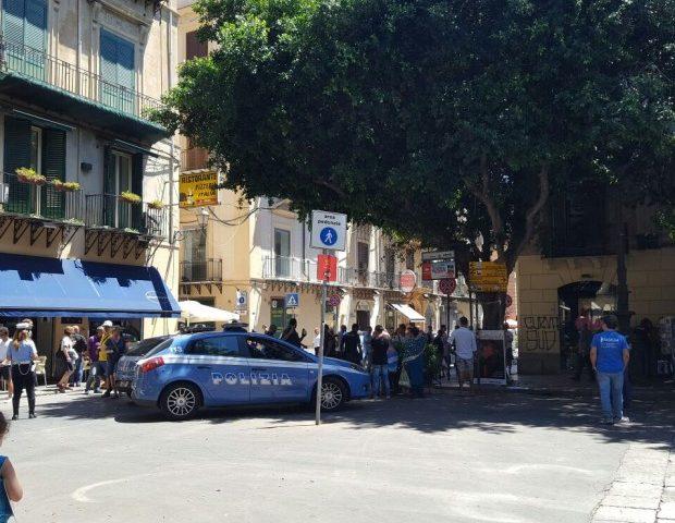 Palermo, Polizia ferma uno scippatore mentre i turisti filmano l'arresto