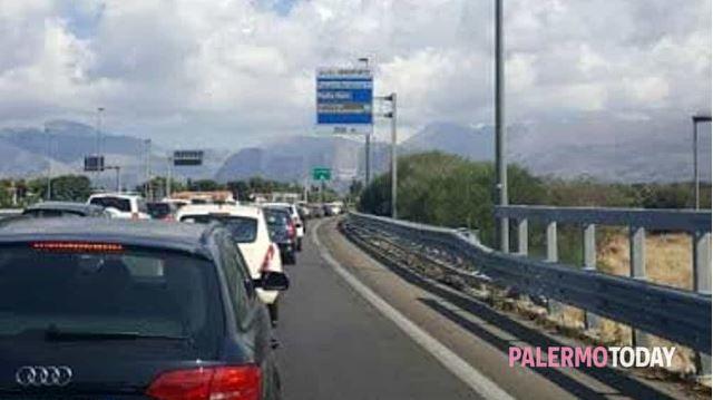 Incidente in autostrada, si ribalta mezzo pesante: chiusa la Palermo-Mazara |LE IMMAGINI