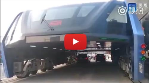 Cina, inaugurato il primo bus elevato: passa sopra le auto |IL VIDEO