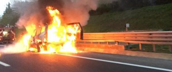 Palermo, drammatico incidente in autostrada a Capaci, due auto in fiamme