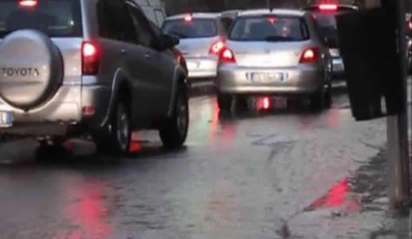 Nubifragio a Palermo, allagamenti e traffico in tilt: un balcone crolla e distrugge due auto in sosta