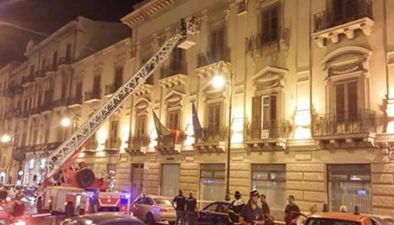 Palermo, paura in centro: Crolla un balcone in via Cavour | LE IMMAGINI