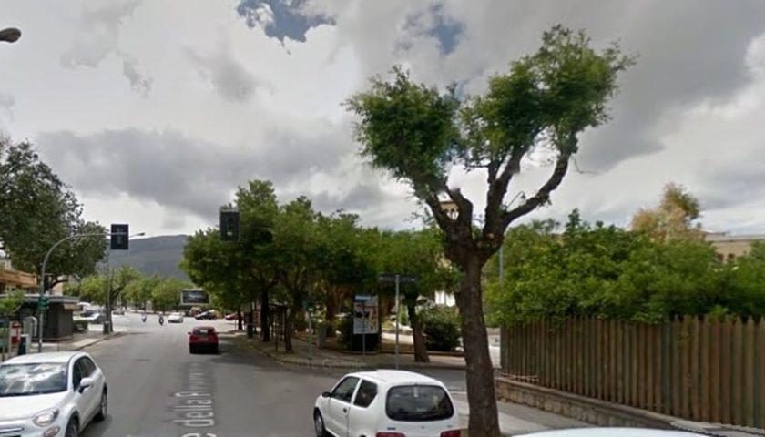 Palermo, Viale della Resurrezione: butta sacchetto dell'immondizia e le rubano l'auto