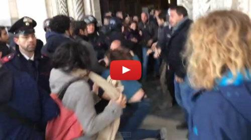 Salvini a Palermo, scontri con la polizia davanti la Cattedrale  VIDEO