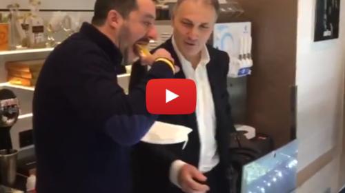 Salvini a Palermo, si ferma in un bar e si gusta un cannolo siciliano  IL VIDEO