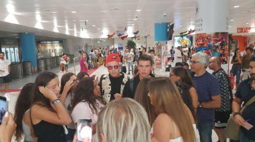 Grande attesa per il concerto di Benji&Fede a Palermo, caccia al selfie in aeroporto |FOTO