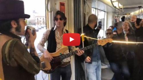 Palermo, musica live a bordo dei tram: passeggeri scatenati cantano e ballano 🎥 VIDEO