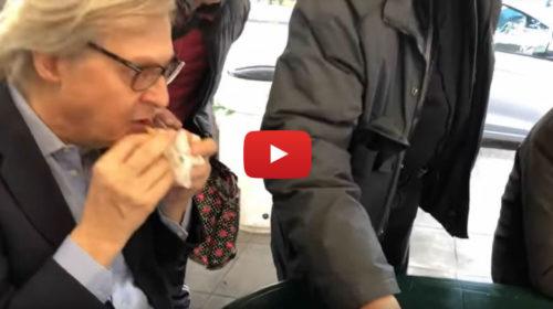 Sgarbi alle prese con il cibo di strada nel quartiere Kalsa a Palermo 🎥 VIDEO