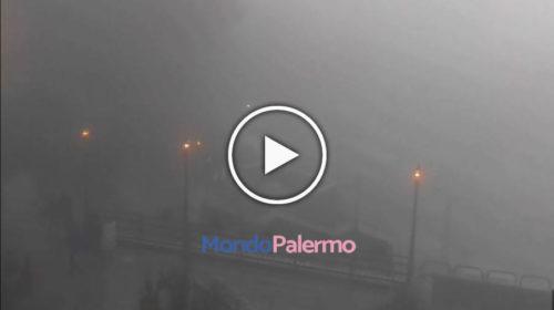 Palermo, insolito nebbione avvolge Monte Pellegrino 😱 IL VIDEO dal Santuario… GUARDA! 🎥