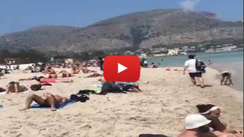 A Mondello ormai è estate ☀ IL VIDEO dalla spiaggia presa d'assalto 🎥