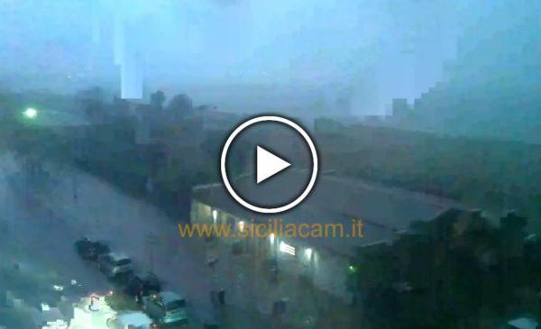 Forte temporale in corso a Palermo, blackout sulle strade – Guarda la città IN DIRETTA 🎥