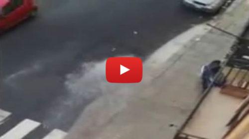 Scoppiano i tubi, fontana in mezzo alla strada davanti al Castello dello Zisa 🎥 VIDEO
