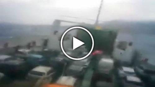 Panico su un traghetto in navigazione nello Stretto di Messina, guardate come viene sballottato 😱 VIDEO 🎥