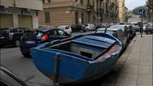 """Palermo, barca parcheggiata in strada fra le auto. L'ira dei residenti: """"Ci ruba il posto"""" – FOTO"""