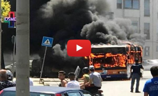 Palermo, autobus a fuoco: paura per i passeggeri 🎥 VIDEO