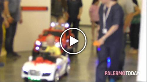 """Palermo, """"Play Theraphy"""" all'ospedale dei bambini: auto elettriche per portare i piccoli in sala operatoria 🎥 VIDEO"""