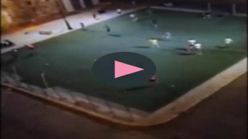 Dai calci a un pallone ai pugni in faccia e le bastonate, rissa al campetto di Ballarò 🎥 VIDEO
