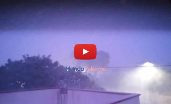 """Un """"uragano"""" a Isola Delle Femmine, vola di tutto: il VIDEO della tempesta! ⚡😱 GUARDA 🎥"""