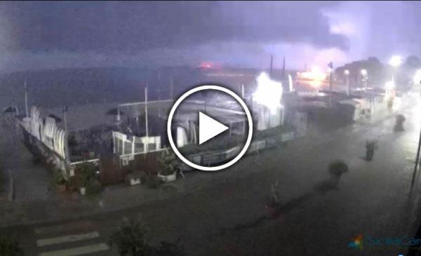 Palermo, piogge torrenziali e fulminazioni non danno tregua…⚡ Guarda la città in diretta! 🎥