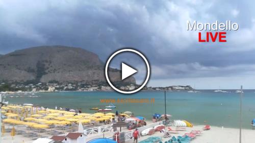 Palermo, arriva il temporale: fuggi fuggi a Mondello – Guarda le immagini IN DIRETTA dalla spiaggia 🎥