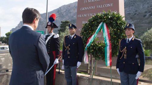 Il Premier Conte arriva a Palermo rende omaggio alla stele di Falcone – LE IMMAGINI