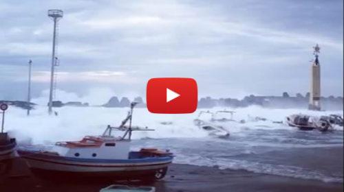 Paura ad Aci Trezza, le onde del mare in tempesta si riversano in strada 🎥 VIDEO