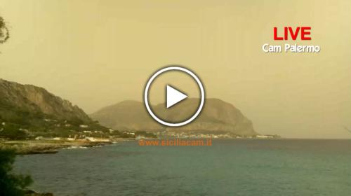 Forte scirocco su Palermo, pulviscolo sahariano e +29°C in città: guarda le immagini IN DIRETTA 🎥