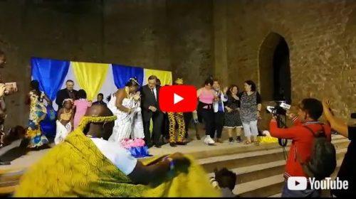 Il sindaco di Palermo Leoluca Orlando si scatena e balla con i ghanesi 🎥 VIDEO